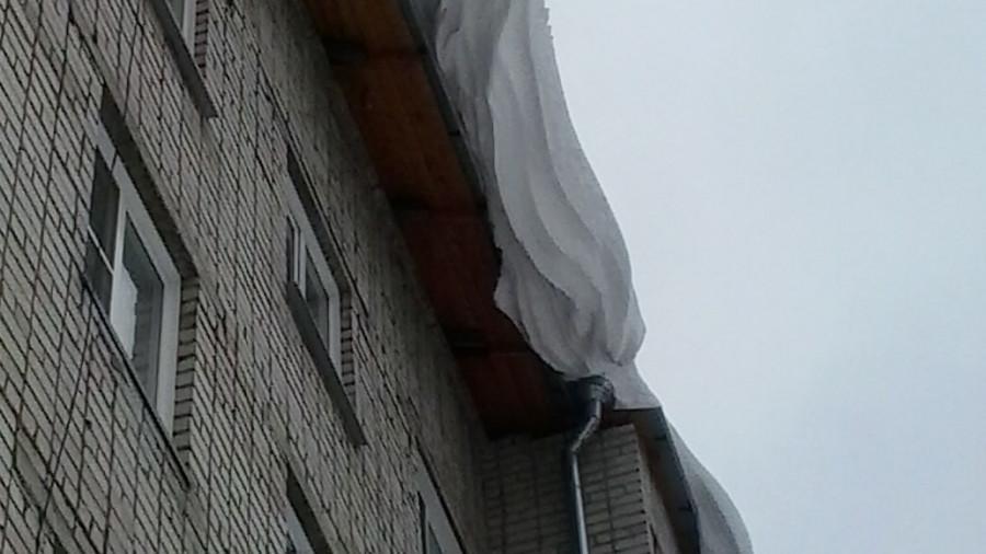 Нечищеная крыша на ул. Тимуровская, 31а.