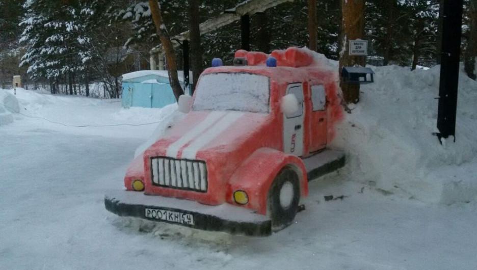 Новосибирские пожарные на Новый год слепили фигуры из снега.