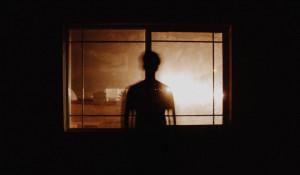 Мужчина у окна.
