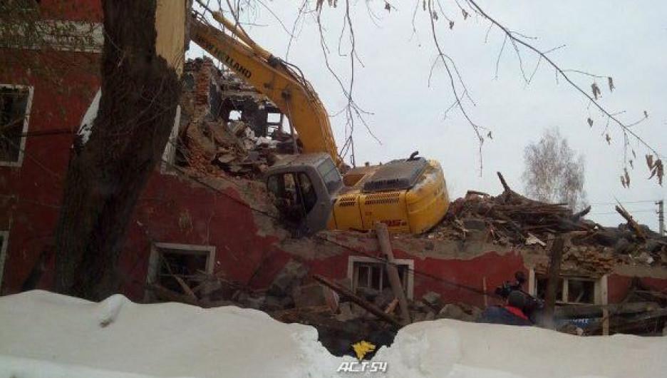 В Новосибирске провалился экскаватор.