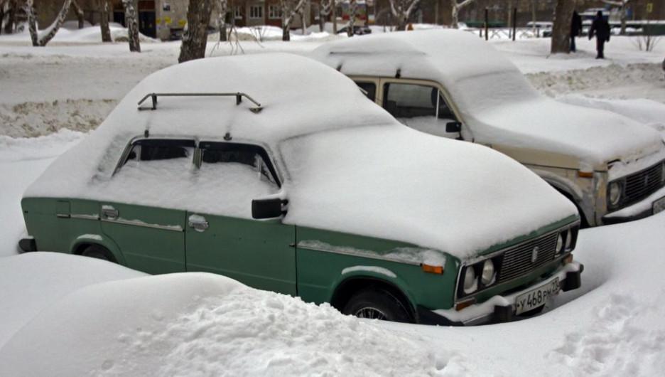 Зима. Много снега. Автомобили.