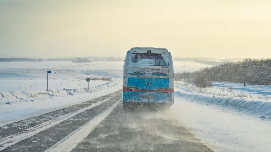 Зима. Дорога. Поземка. Автобус.