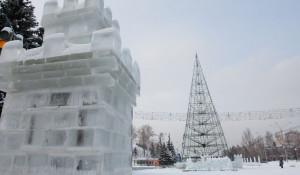 В Барнауле разбирают снежный городок.