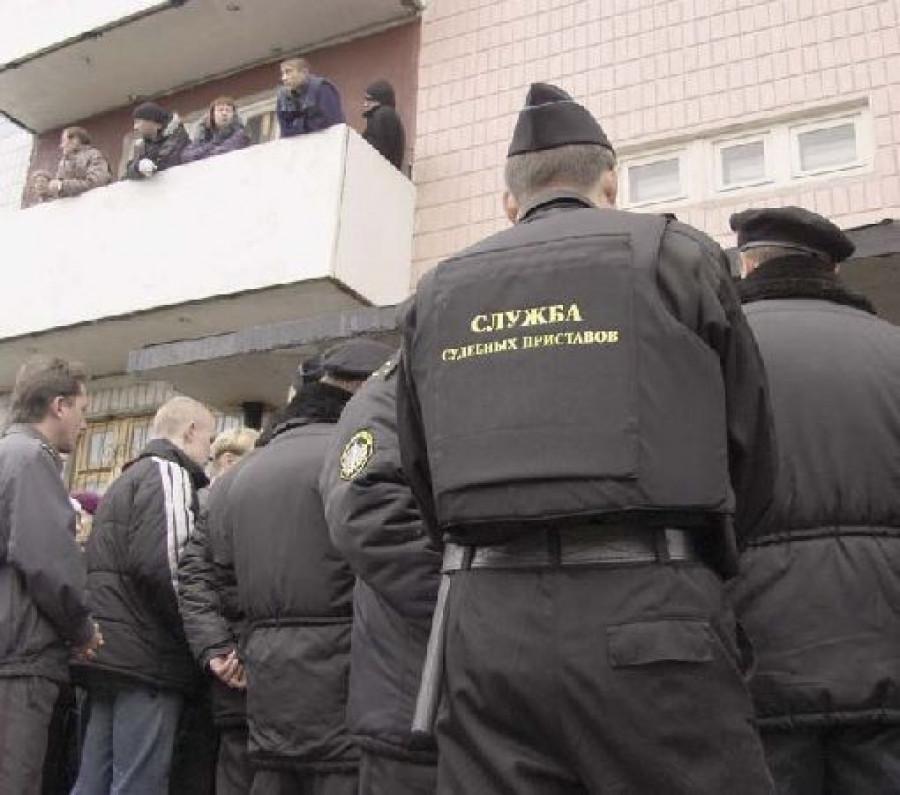 Пока Дудник был в бегах, судебные приставы выселяли обманутых людей из захваченных ими домов. Фото Олега БОГДАНОВА