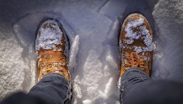 Ботинки в снегу. Зима.