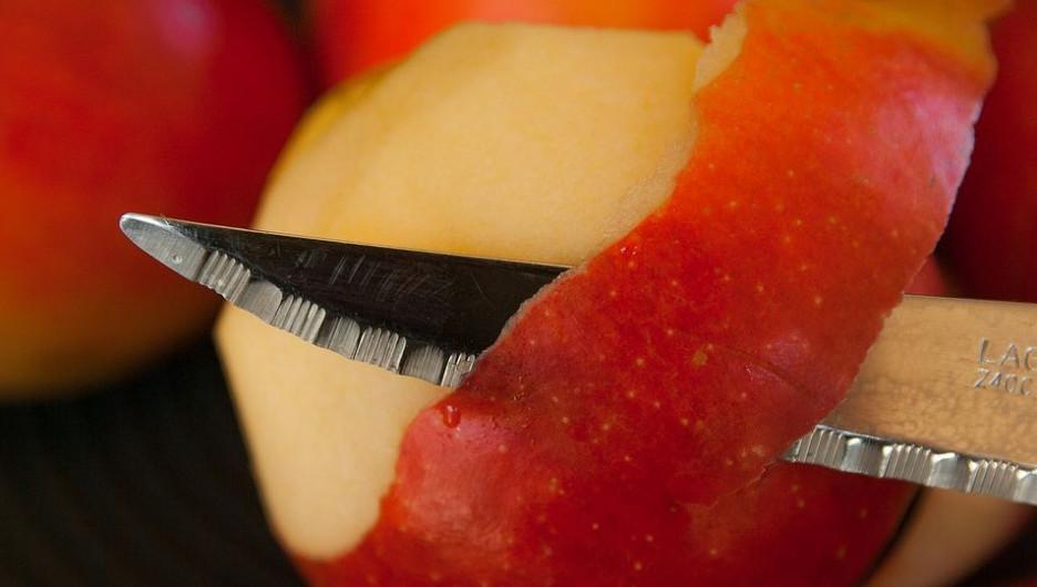 Нож и яблоко.