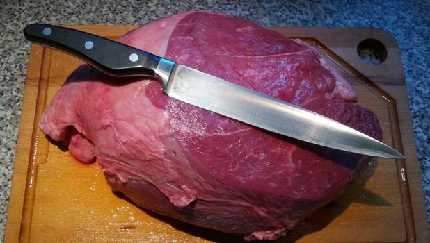 Мясо и нож.