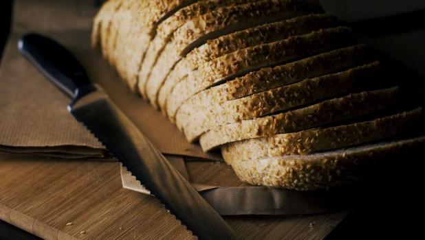 Нож и хлеб.