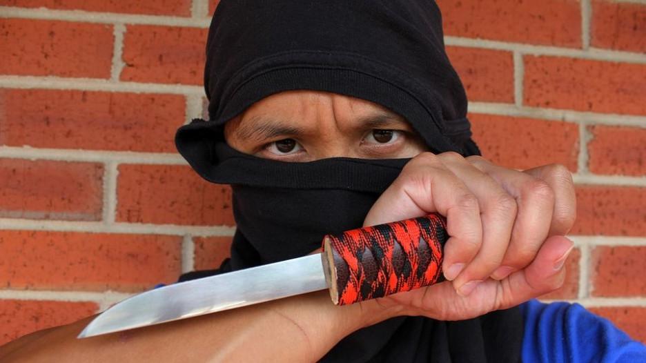 Боевик, террорист с ножом.