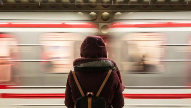 Девушка в метро.