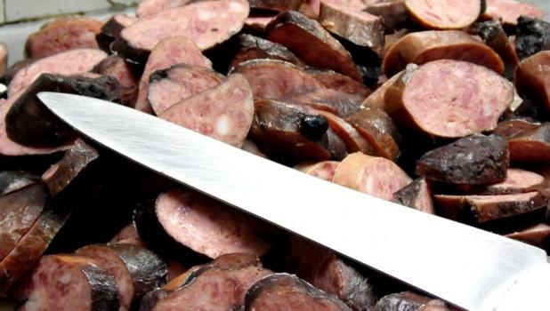 Нож и колбаса.