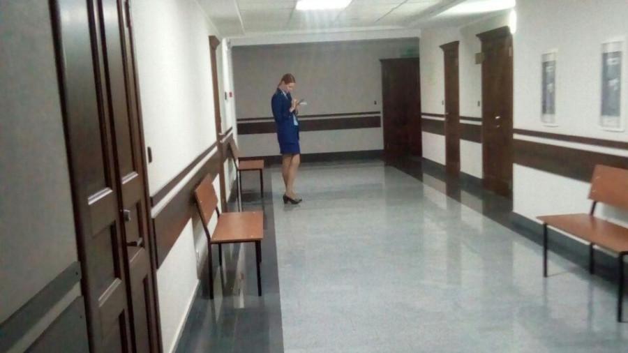 В коридоре суда.