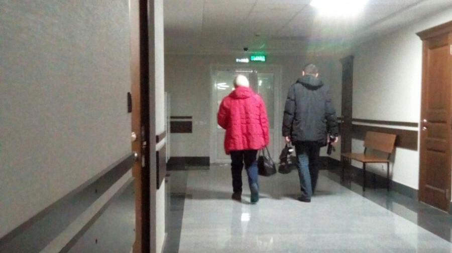 Татьяна Денисова удаляется из зала суда с адвокатом.