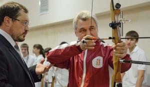Ректор АГМУ Игорь Салдан стреляет из лука