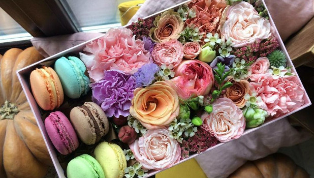 Коробки со сладостями и цветами.