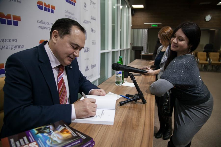 "Владимир Токмаков презентовал ""Запретную книгу Белого Бурхана""."