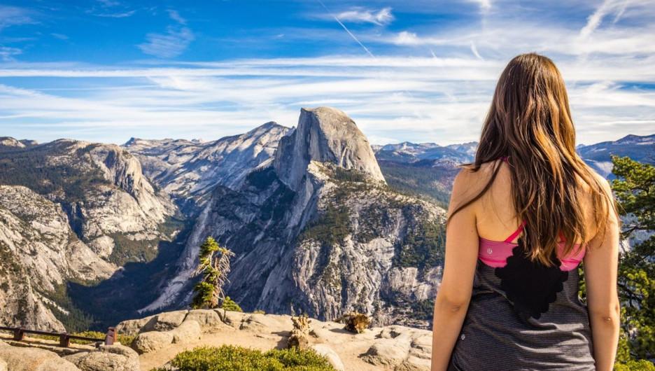 Женщина в горах. Туризм.