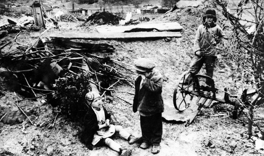 Родителей этих детей угнали в плен и разрушили их дом, конец 1942 года.
