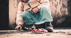 Ребенок и автомобили.