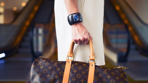 Женщина с сумкой. Покупки. Мода.