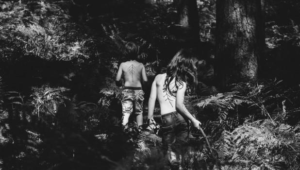 Дети уходят в лес.