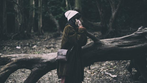 Женщина в лесу.