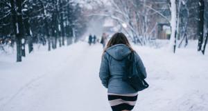 Женщина с сумкой. Зима.