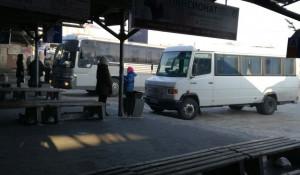 Автобус на платформе автовокзала.