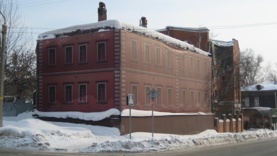 Двухэтажный деревянный дом на углу Красноармейского и Никитина.