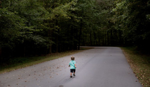Ребенок уходит в лес.