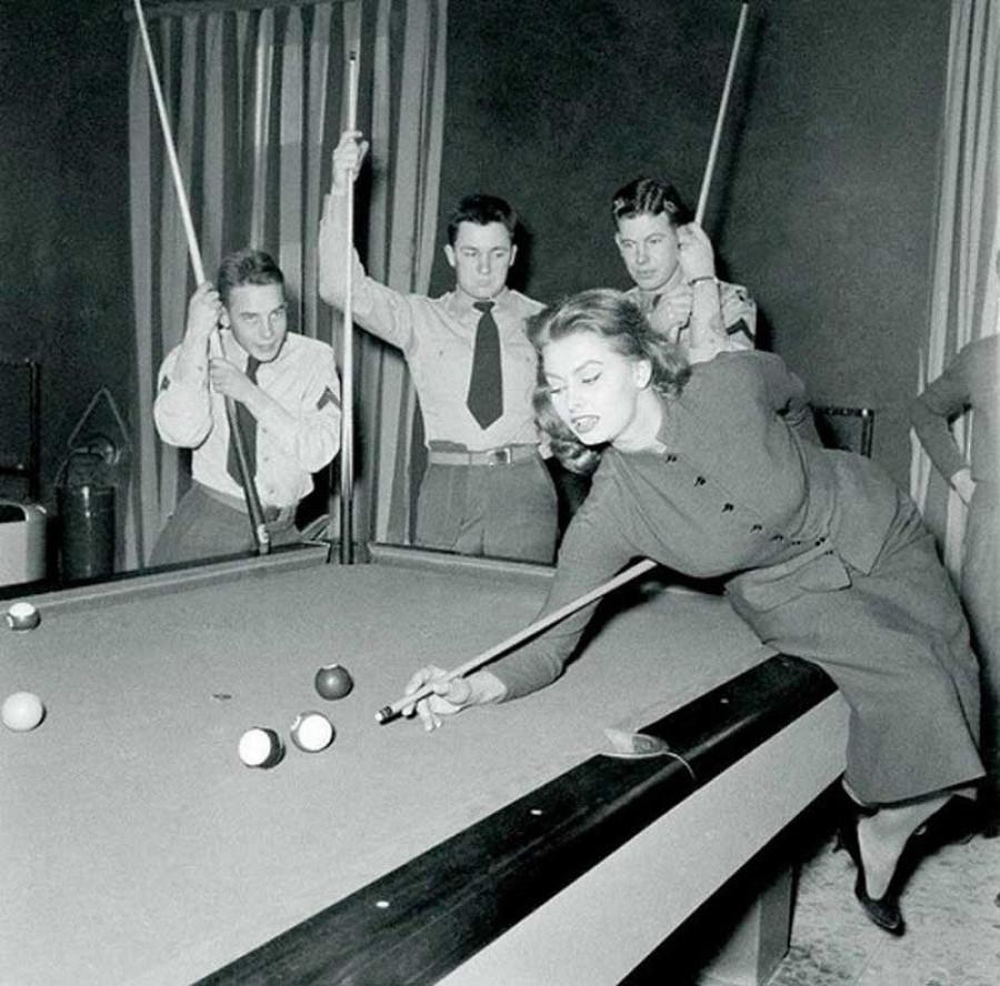 Софи Лорен демонстрирует американским солдатам свое мастерство игры на бильярде, Ливорно, 1954 год.