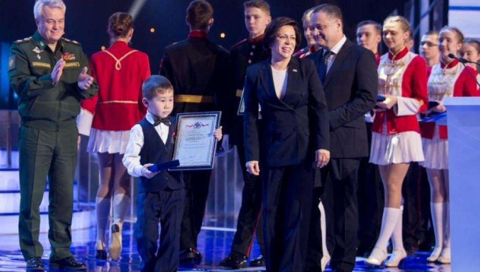 Арутай Манеев получил награду за спасение утопающего.