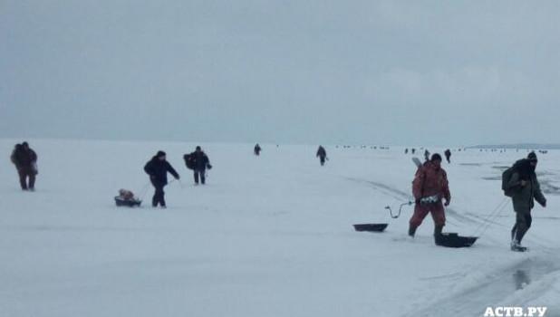 Льдина унесла 20 рыбаков на Сахалине.