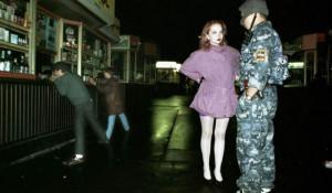 Сотрудник милиции задерживает проститутку, 1994 год, Москва