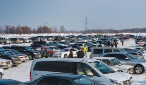 Автомобили на парковке под Барнаулом