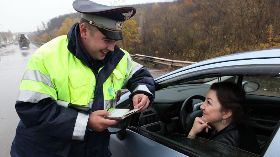 ГИБДД. Инспектор и женщина за рулем. Права.