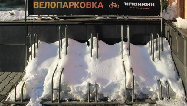 Снег тает, велопарковка.