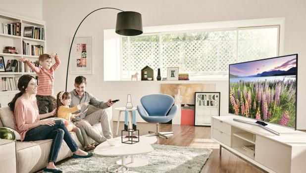 Семья перед телевизором.