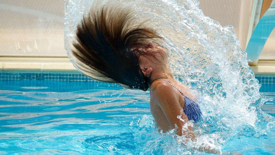 Девушка в бассейне.