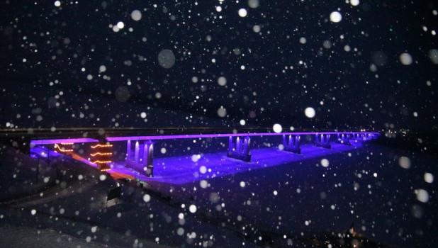 Зима. Идет снег. Новый мост.
