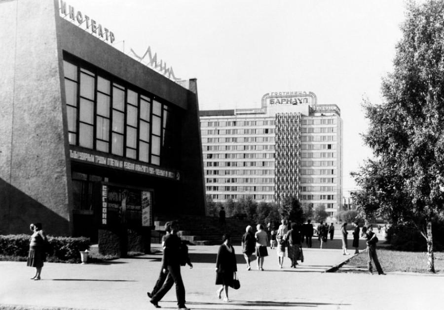 """Кинотеатр """"Мир"""" и гостиница """"Барнаул"""" (построена в 1983 г.)."""