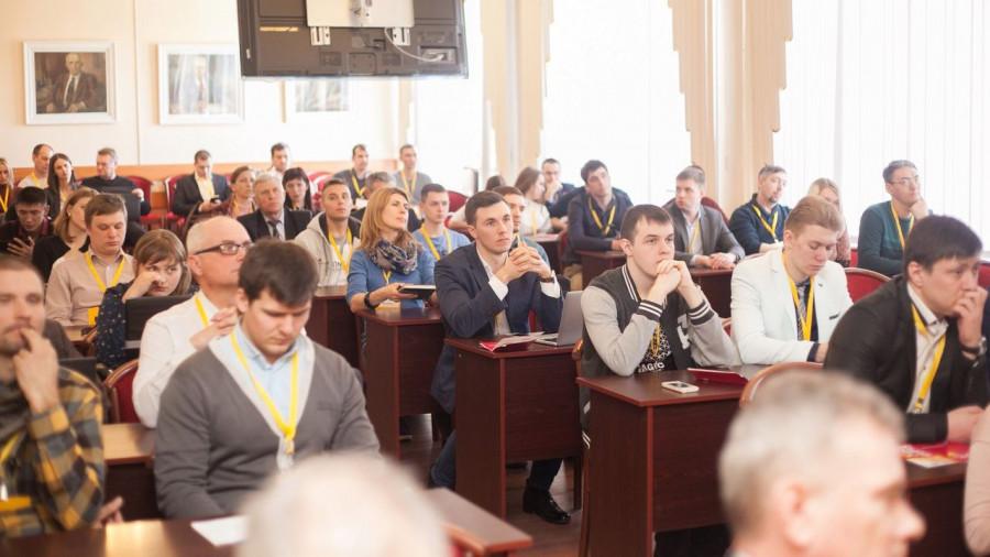 Участники и зрители менторской сессии стартап-тура Сколково.