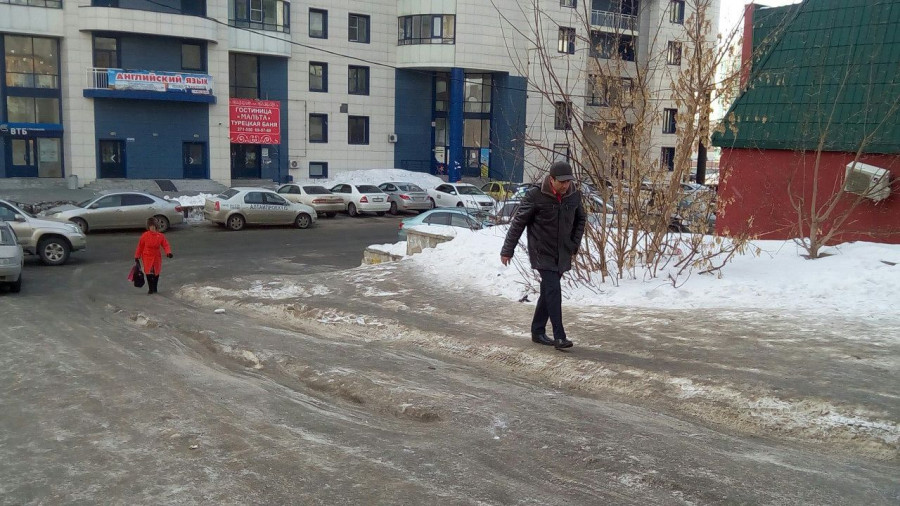 Гололед на ул. Папанинцев.