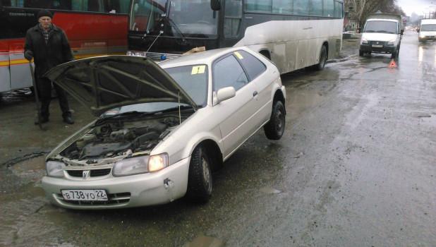В Барнауле автомобиль провалился в яму на дороге