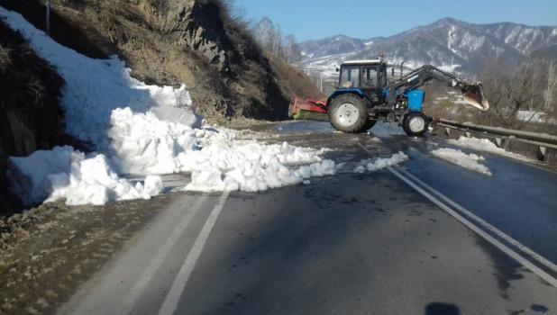 В Горном Алтае на дороги сходят снежные лавины.