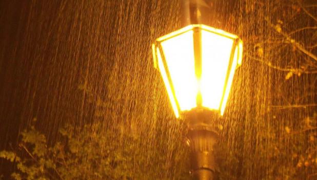 Дождь, ветер, фонарь.