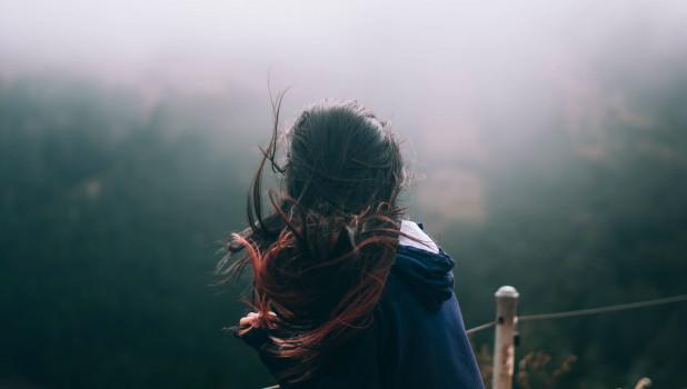 Девушка. Ветер.