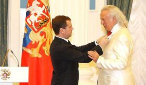 Дмитрий Медведев награждает Илью Резника.