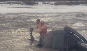Под Бийском джип упал в реку