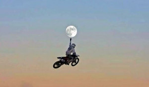 "Мотоциклист ""дотронулся"" до Луны."